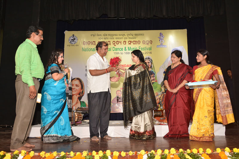 Guru Nalini Malhotra Jain with minister of culture, Odisha